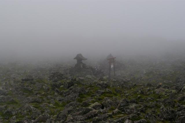 蓼科山の山頂です。 ここ、晴れていればすごく景色がいいのですが。