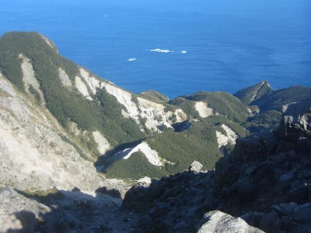 断崖絶壁から見下ろすと、うーん、白と緑のコントラストが見事。