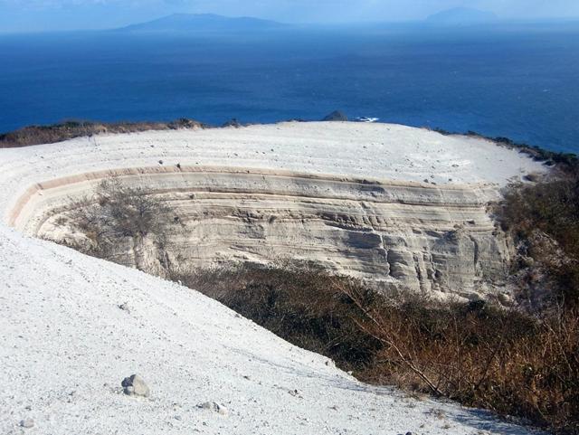 巨大バームクーヘン! この地層は、火口からの噴出物が堆積してできたもの。 工事で削った跡、などではありません。