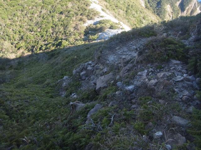 そしてメインイベント。 こんな崖のような場所を下っていきます。たどり着いたのは。