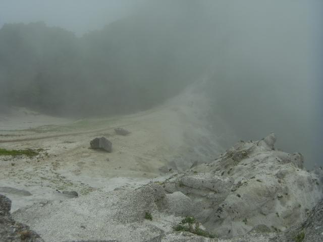 登山道はまだまだ奥へと続いています。 砂の細尾根。 滑り落ちたら、どこまでもズルズルと行きそうです。