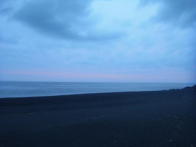 早朝。 うっすらとした朝焼け。 ちょい、雲が多いですね。