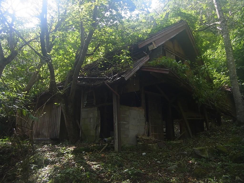 廃墟探索の続きです。 かなりボロボロになっているこの家。