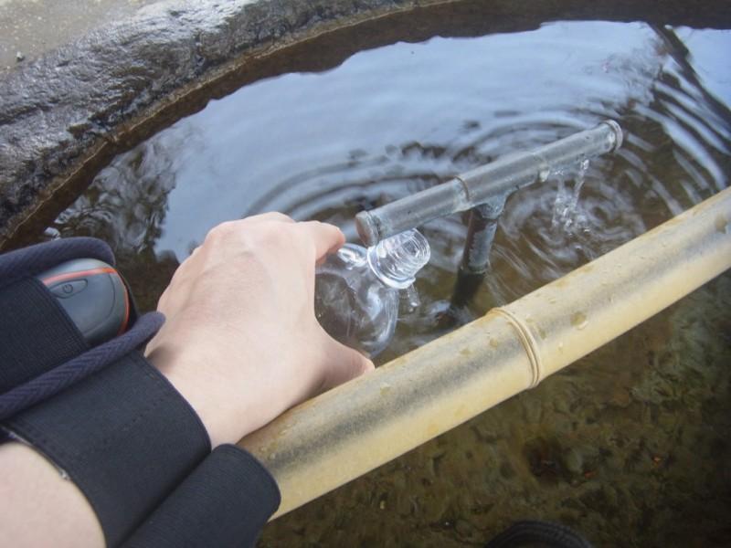今回は奥多摩から海まで、約90kmを一気に歩きます。 御嶽神社の手水を汲んで、これを海まで持っていくのがミッション。