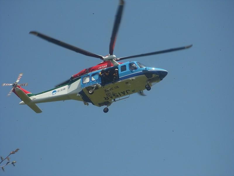 突然、救助ヘリ登場。 あれ、なんかこっち見てるよ。 遭難してませんよー。