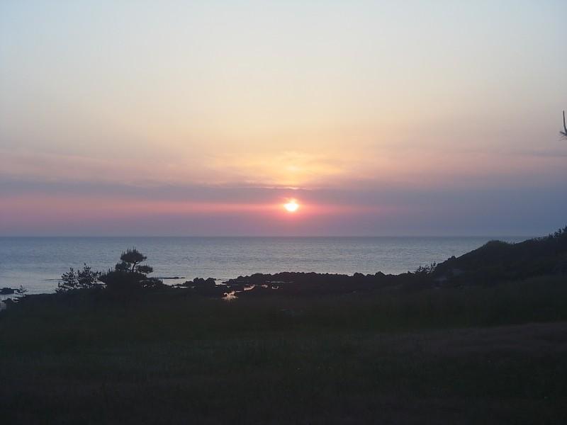 無事に下山してホテルでまったりしていました。 と、夕日が沈んでいく。 日本海に沈む夕日は、それはそれは美しいのです。 太平洋では見られない景色ですね。