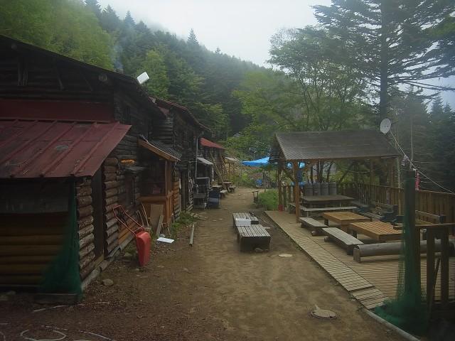 甲武信小屋で水を補給して先を急ぎます。 寒いし、ガスで眺望はないし、なんか楽しくない。