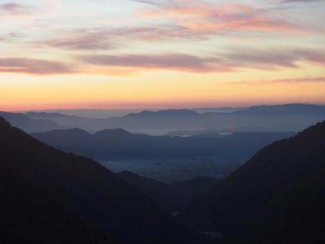 夜明け前に登山スタート。 ゆっくりと空が明かるなっていきます。