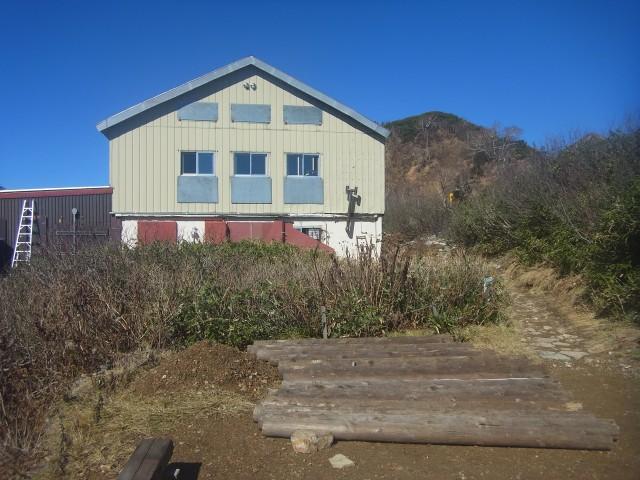山荘に到着。 なかなか立派です。 小屋じまいの日ということで、ビールをサービスしてくれました。