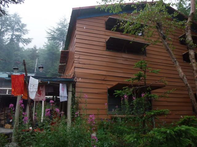地蔵小屋の横を通って下山します。