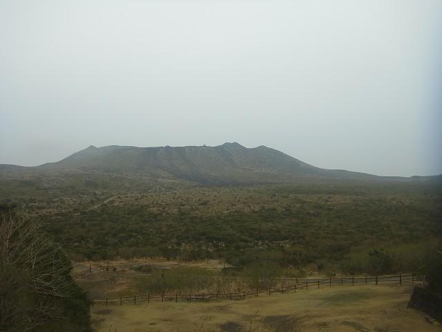 登山口に到着。 三原山の内輪山がそびえています。 樹木がほとんど生い茂っていないので、とても見晴らしがよいのです。
