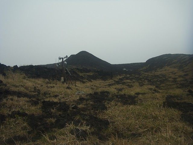 山頂付近まで登ってきました。 何やら機材が設置されています。 噴火の警報? または硫黄ガス濃度を知らせる装置でしょうか。