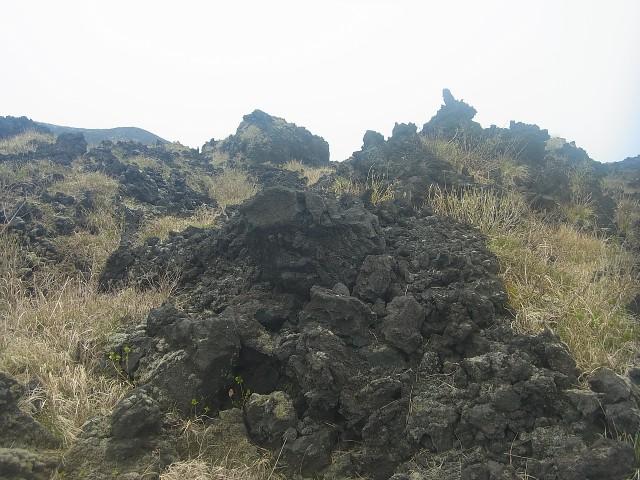 さらに進むと、固まった溶岩が奇妙なオブジェとなっていました。