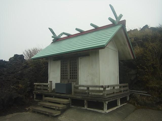 山頂からちょっと下ったところにある神社。