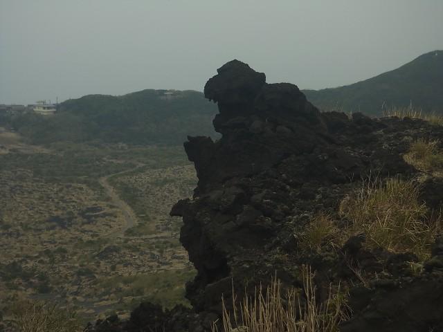 これ、ゴジラ岩だそうです。 確かに、見えなくもない、こともない、ような気がします。