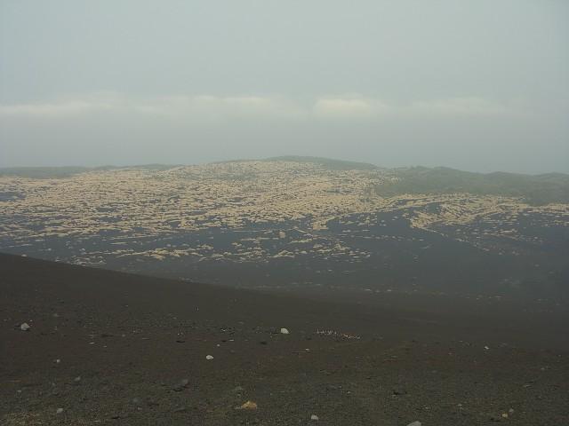 三原山から下りて、砂漠を行きます。 どこまで歩いても同じような景色です。