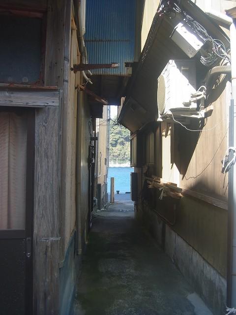 波浮港に移動。 狭い土地に家屋が密集しています。 古き良き昭和の雰囲気。