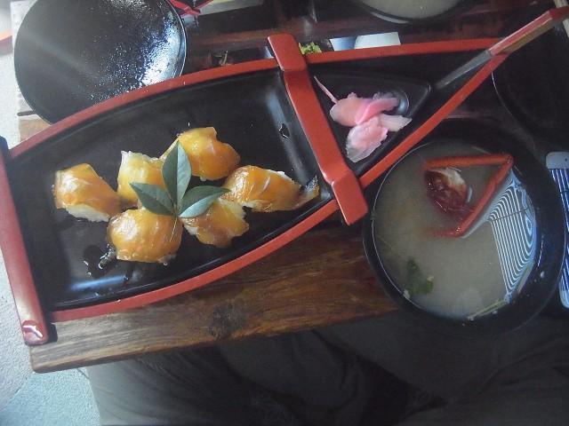 元町港の近くで、べっこう寿司をいただきました。 イセエビのお吸い物もついています。 ちなみに、店の名前は「かあちゃん」でした。