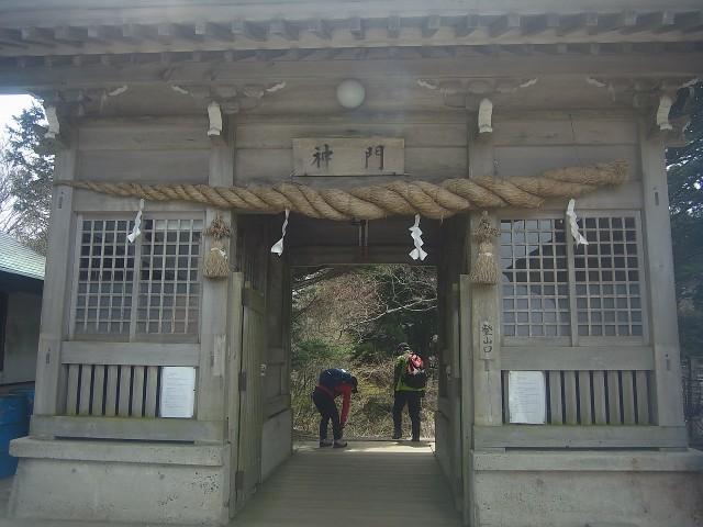 この門を過ぎてから本格的な登山に。 そうそう、ここは修行の山。 山伏装束でほら貝片手に登る人もいました。