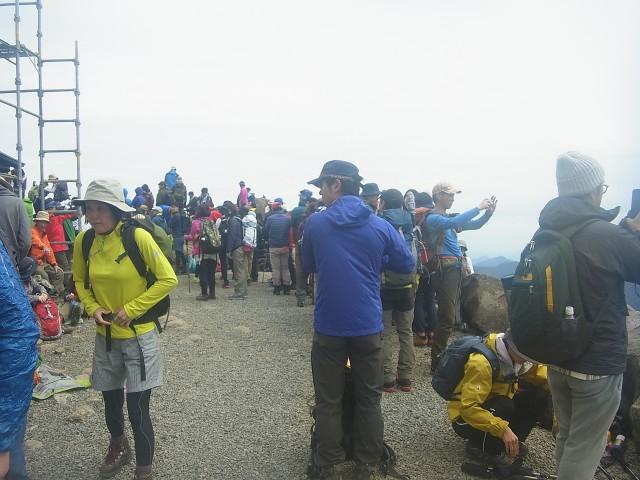 天狗岳への登山道に入るための順番待ち。 狭い登山道へ少しずつ入っていくので、なかなか動きません。 帰りのバスの時間もあるので、潔く諦めました。