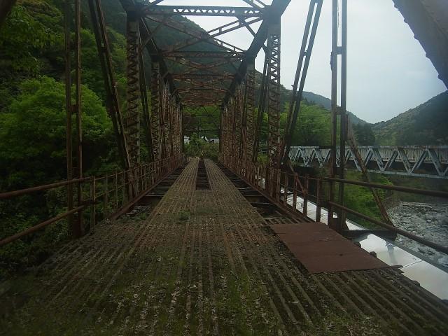 端出場地区まで移動。 当時の鉄道橋が残されています。