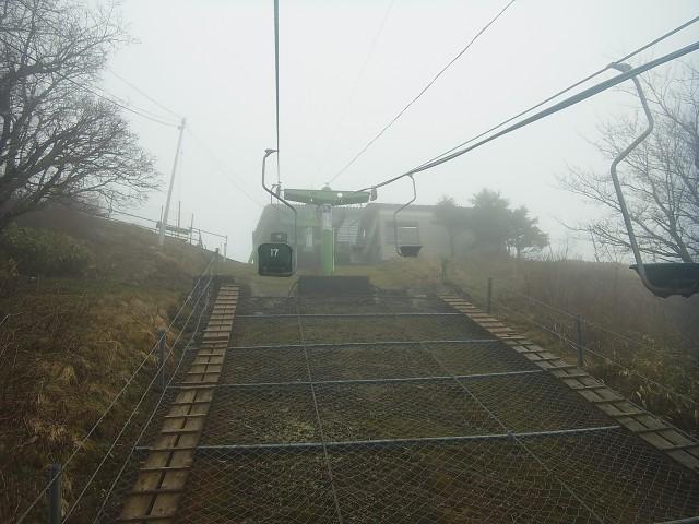 そして剣山へ。 四国遠征で一番楽しみにしていた山なのですが。 ひたすらガス。 雨が降らないことを祈りながらの山行です。 あ、この写真は時間短縮のためリフトを利用しているところ。