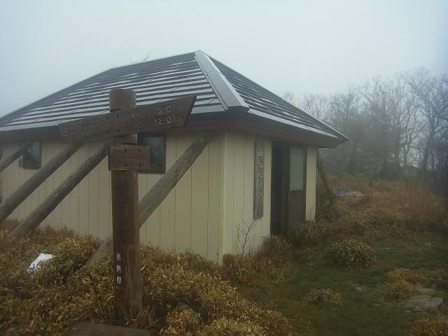 白髪避難小屋は通過。 このあたりから雨がけっこう強く降ってきました。