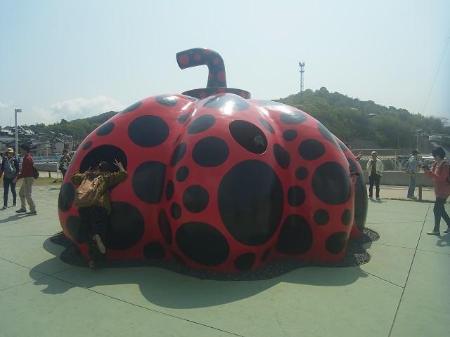 草間彌生のかぼちゃです。 こういうアートオブジェが、島のいたるところに点在しています。
