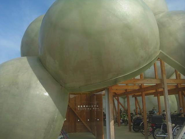 本村地区にある、船の待合所。 これもアート作品になっています。
