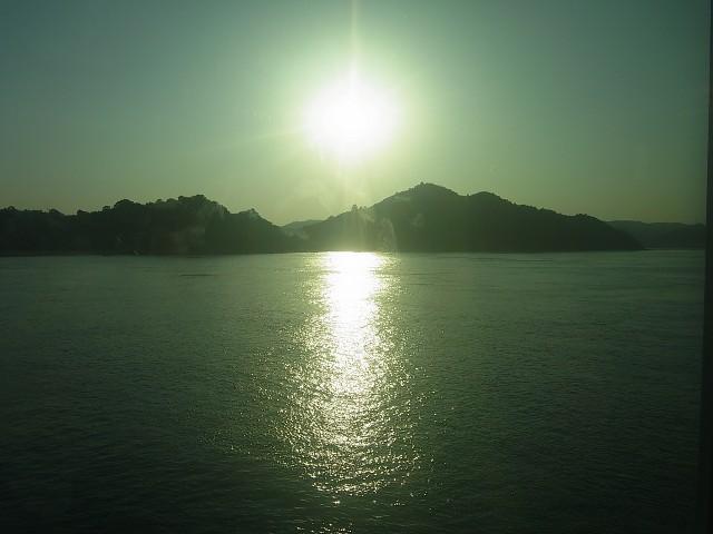 帰りの船から夕陽を眺める。 さて、翌日もまたアート巡りなのです。