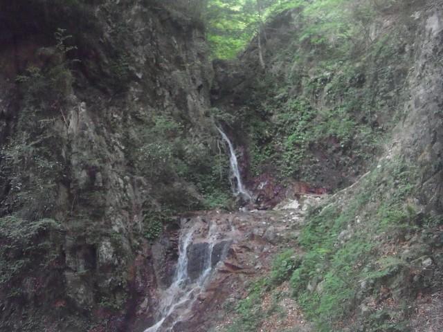 かなりの山奥までいかないと見れない、幻の滝です。
