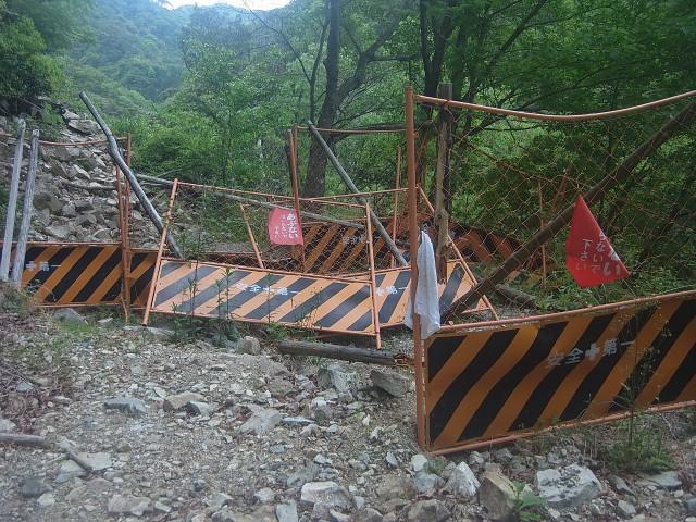 最後、林道に出てからもちょっとハードな道。 ぶち破られたバリケードを越えたところで、登山終了。 お疲れ様でした。