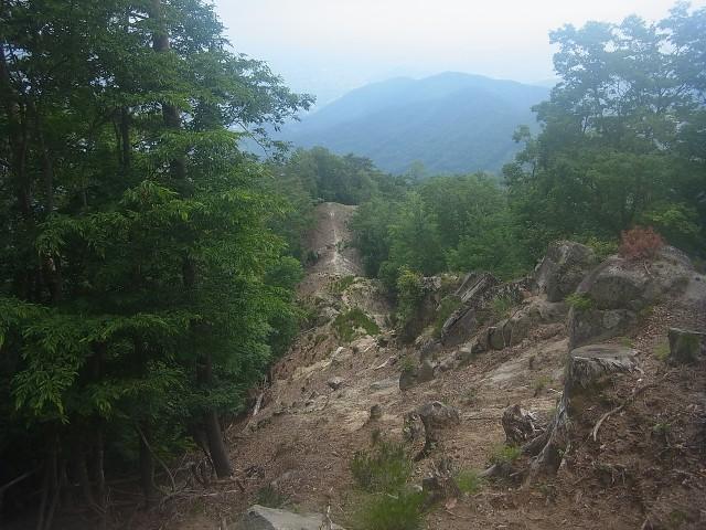 振り返るとこんな状態。 なかなかハードな登山道です。