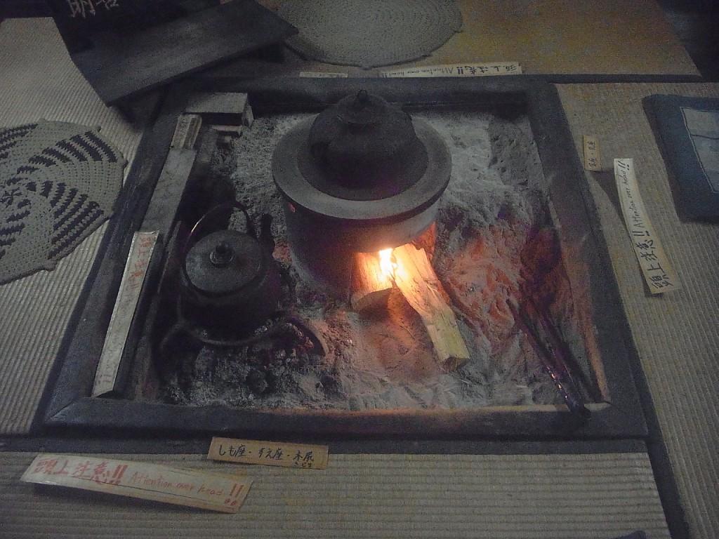 囲炉裏に火が入っています。 煙でいぶすことで、建物全体、そして茅葺に害虫がつくのを防いでいるのです。
