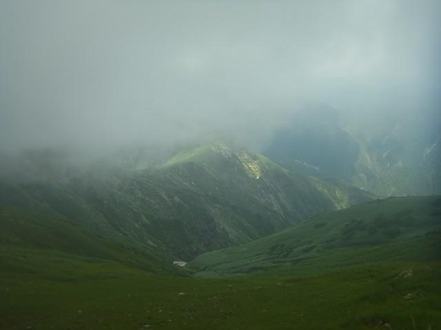 谷川岳の続き。 これから歩く稜線を眺める。 見事にガスってます。