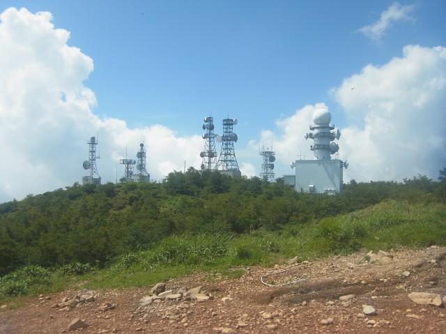 地蔵のすぐ近くには、テレビ塔の軍団が。 要塞のようですね。