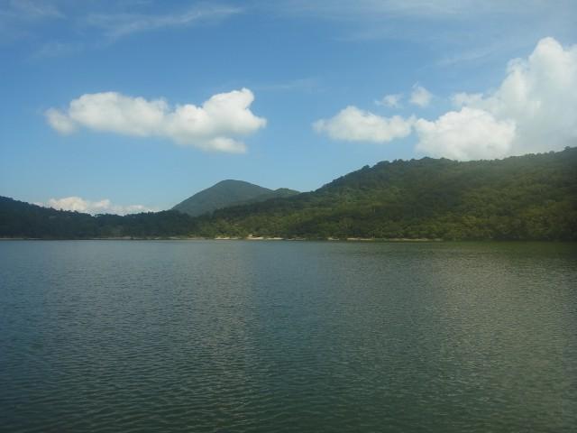 と、小沼のほとりに出ました。 湖のある登山って、なんかいいですね。