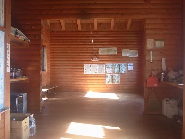 少し登ったところの避難小屋。 なかなかキレイですね。