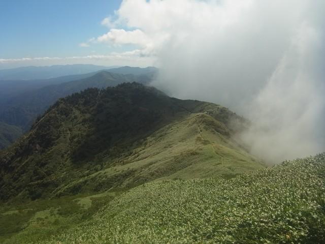 稜線上を雲が越えて行きます。 なかなかにダイナミックな光景です。