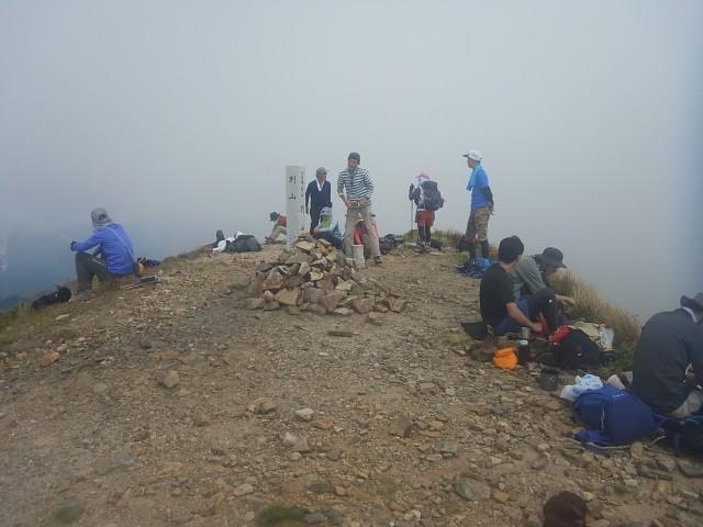 さすがにここまで来ると人が多い。 で、山頂に到着すると、ガスで何も見えない。