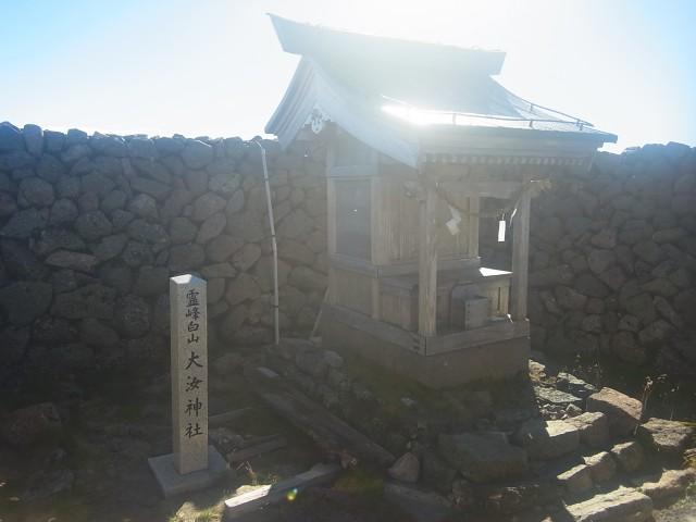 もう一つの山頂、大汝峰。 日本三霊山、信仰の山だけあって、立派な神社が建っています。