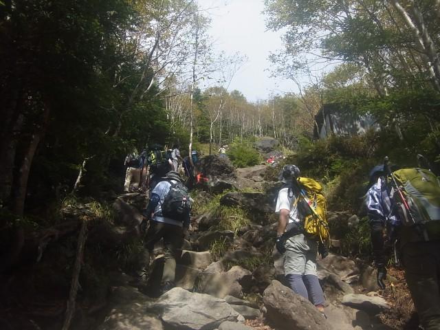 手軽に登れる百名山ということもあり、途中の岩場では大渋滞していたりします。 とにかく人が多い。