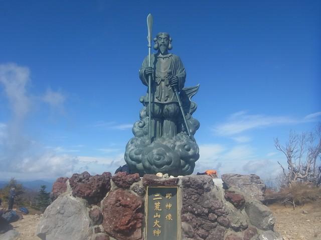 山頂に到着。 ここは、山全体が神社の所有物なのです。