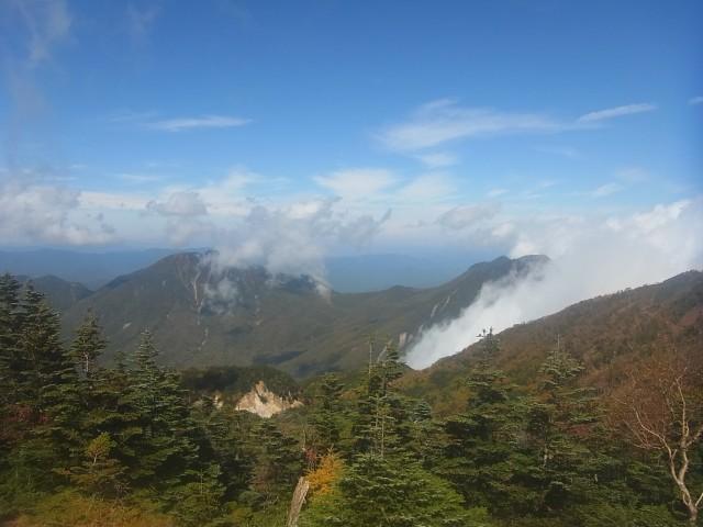 山頂から、太郎山、大真名子山方面を望む。