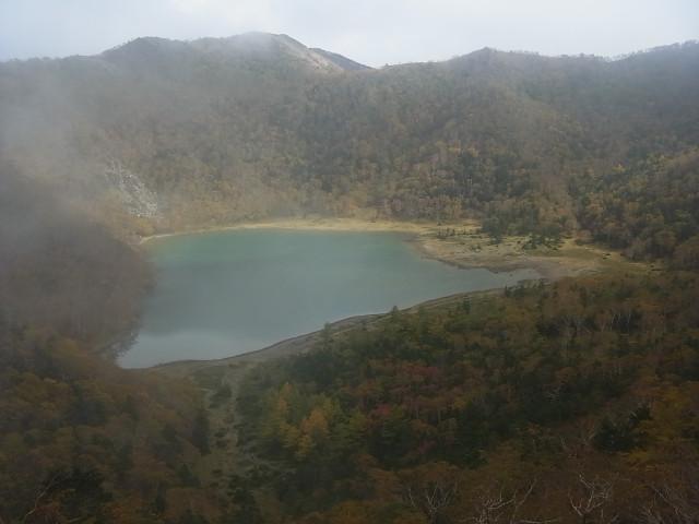 少し登ると、五色沼がよく見えます。 やっとガスが晴れてきました。