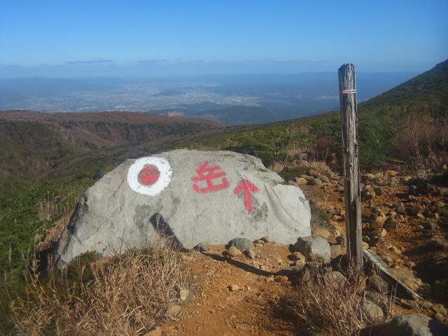 「岳」。 山ではなく、岳温泉の方向を指しているようです。