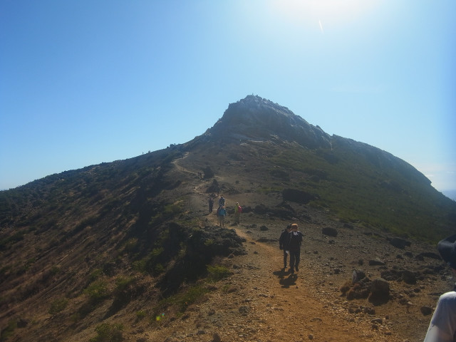 もうすぐ山頂。 この辺りから人が増えてきます。 ロープウェイで登れますからね。