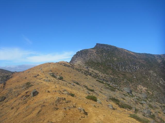 安達太良山の続き。 下山路とはいえ、けっこう長い。 これから歩く稜線です。