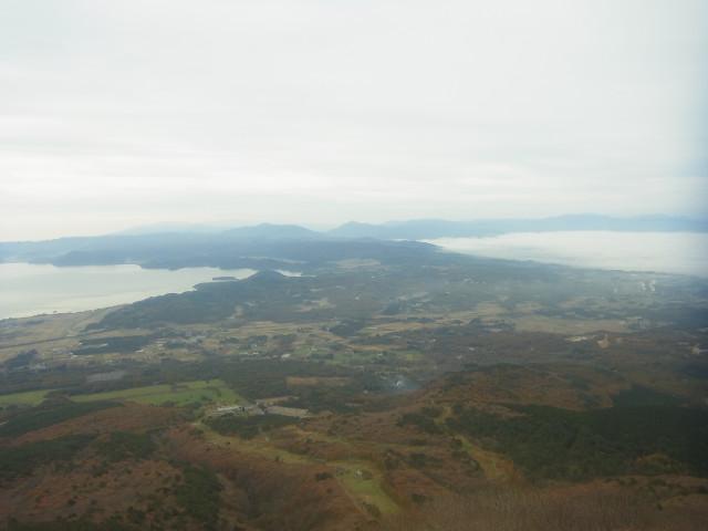 高度が上がってきたところで、ふと振り向くと。 ふたつの湖。 左は猪苗代湖。で、右は? これ、実は雲海なのです。 なかなか珍しい風景ですね。