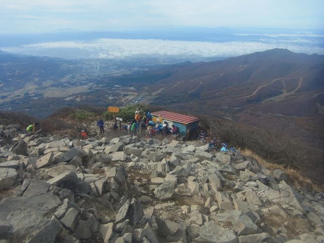 山頂直下の小屋。 結構、人がいます。 ま、百名山ですから。
